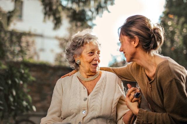 Bejaarde vrouw met kleindochter